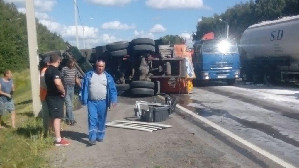 Два грузовика столкнулись на М-6: одна машина перевернулась