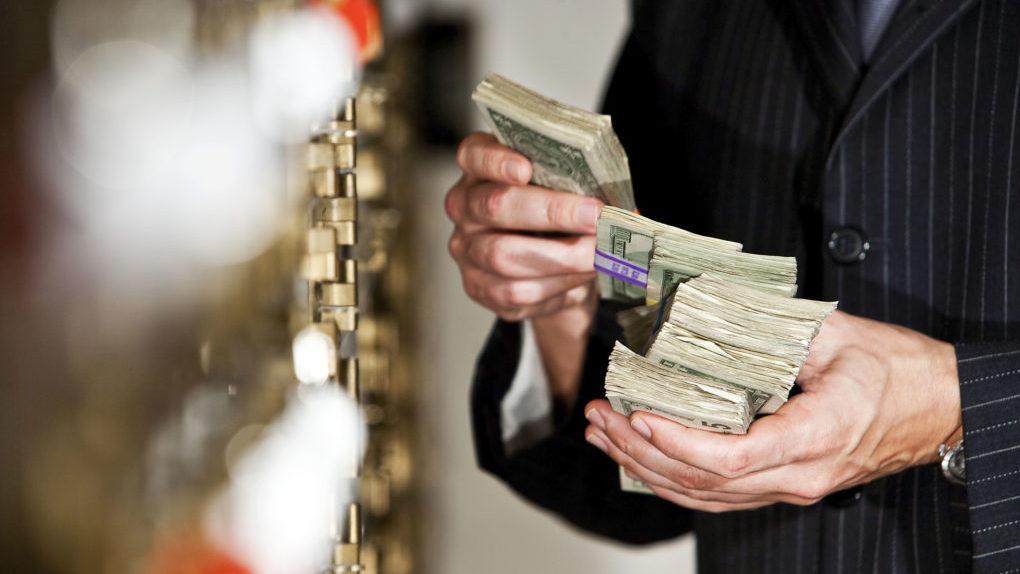 За месяц россияне потратили 2,4% всех своих сбережений