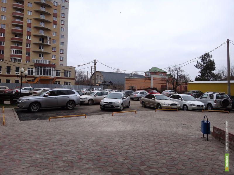 Жителям тамбовской многоэтажки не нравятся «чужие» на дворовой парковке
