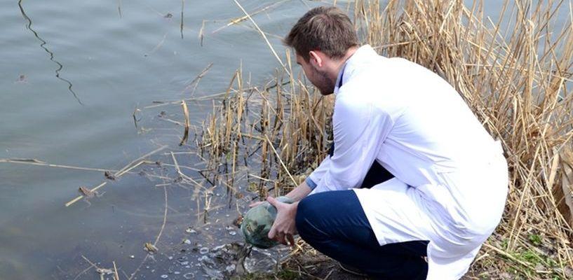 Студенты Мединститута ТГУ отпустили в реку лягушек