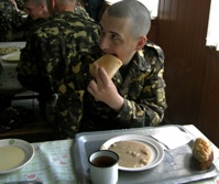 Плохо кормят в армии? Отправь жалобу по SMS