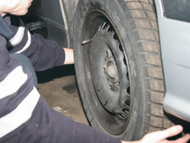 Двое тамбовчан ухитрились своровать больше 30 автомобильных колёс