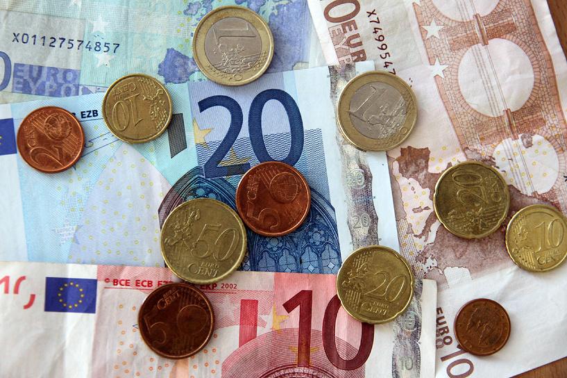 Евро дешевеет на глазах: валюта падает по отношению и к доллару, и к рублю