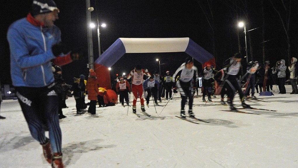 Лыжники закрыли сезон, выискивая ночью цветы под снегом
