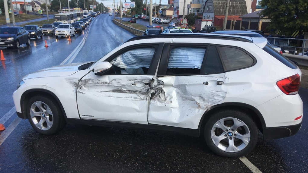 На юге Тамбова самосвал врезался в BMW