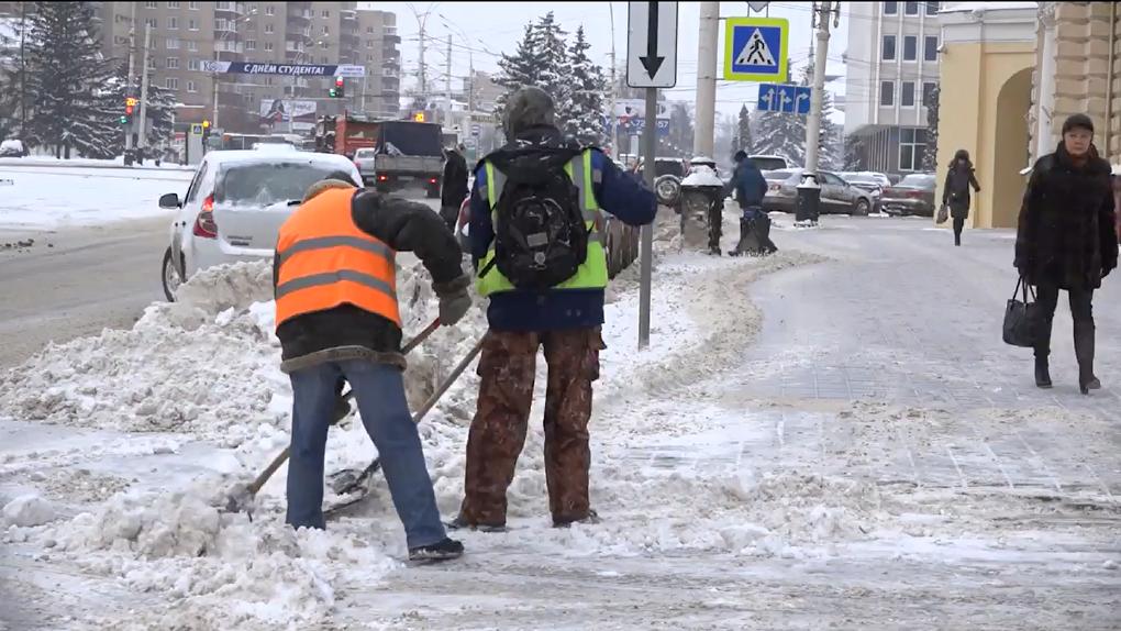 «Рабочие выполняют почти ювелирную работу»: как дорожные службы чистят снег, не задев ваши автомобили