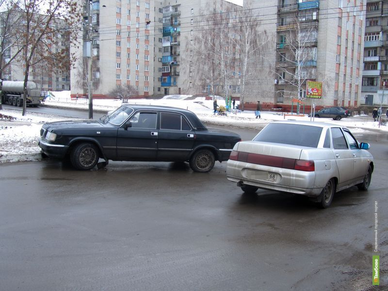 Новостройка помешала разъехаться «ГАЗ 3110» и «ВАЗ-2110»