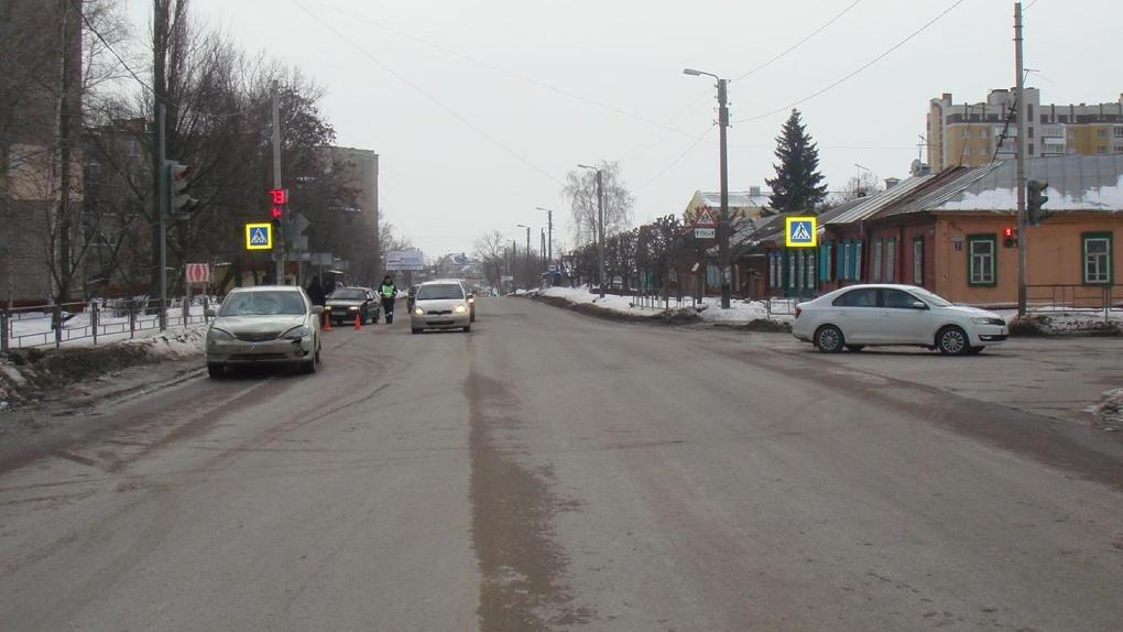 В Тамбове иномарка сбила пешехода, который переходил дорогу на красный свет