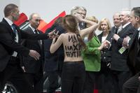 Активистки Femen обнажились перед Путиным и Меркель