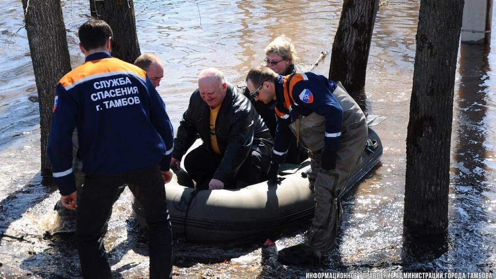 Жители Двориков не хотят покидать дома, поэтому спасатели сооружают дамбы из песка
