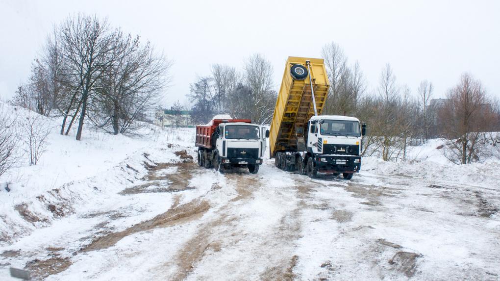 Куда в машинах снег везут? Перед «Лыжнёй России» ледяную корку в парке Дружба специально засыплют снегом