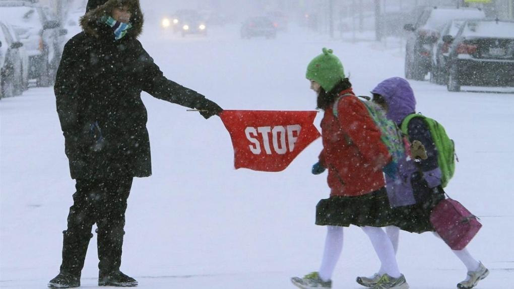 В сильный мороз уроков не будет: администрация области пояснила, в каком случае можно пропустить школу