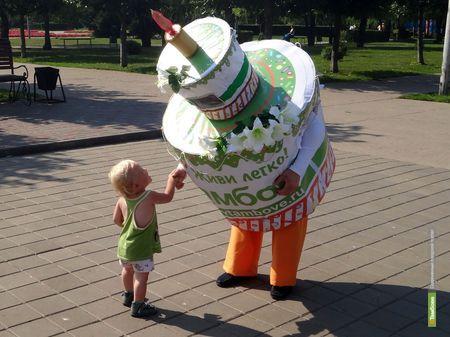На улицах Тамбова горожан развлекает огромный торт