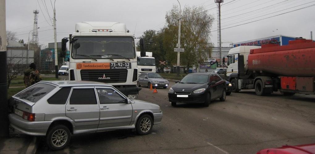 Грузовик спровоцировал тройное ДТП на улице Киквидзе