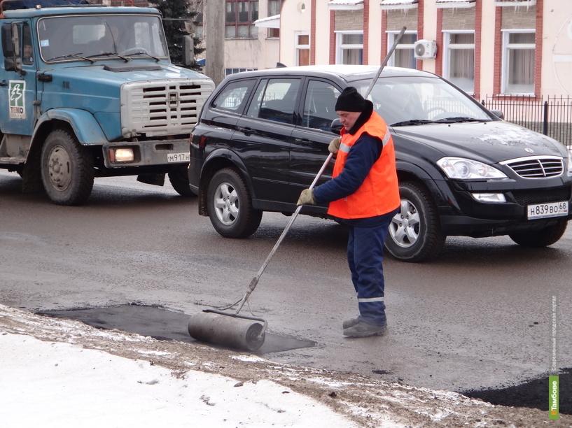 Дорожные рабочие снова устроили ямочный ремонт в зимних условиях