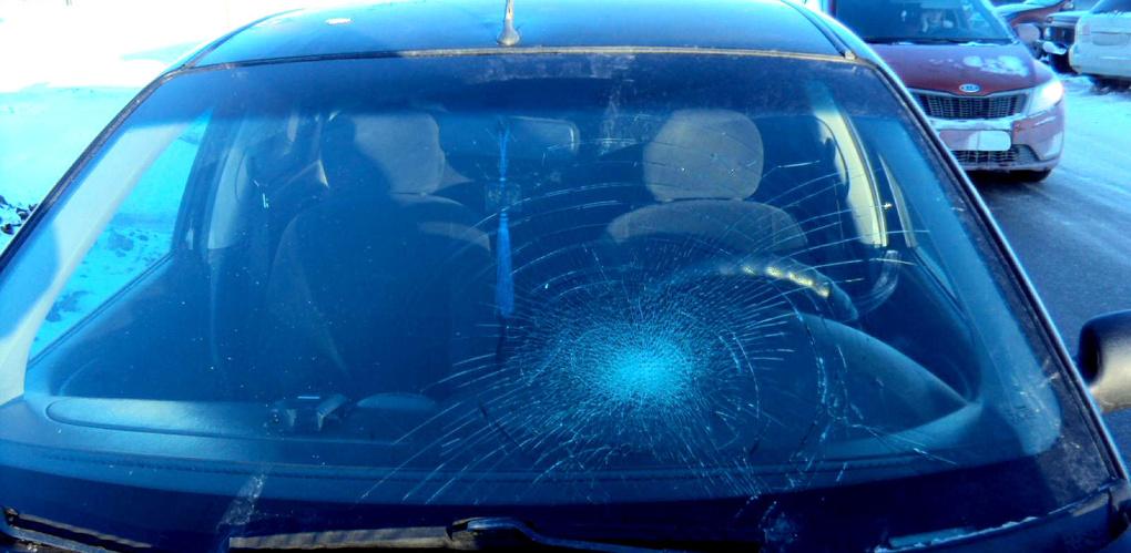 Мужчина на иномарке сбил девушку на пешеходном переходе