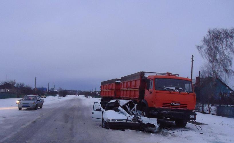 В Знаменском районе легковушка врезалась в КамАЗ