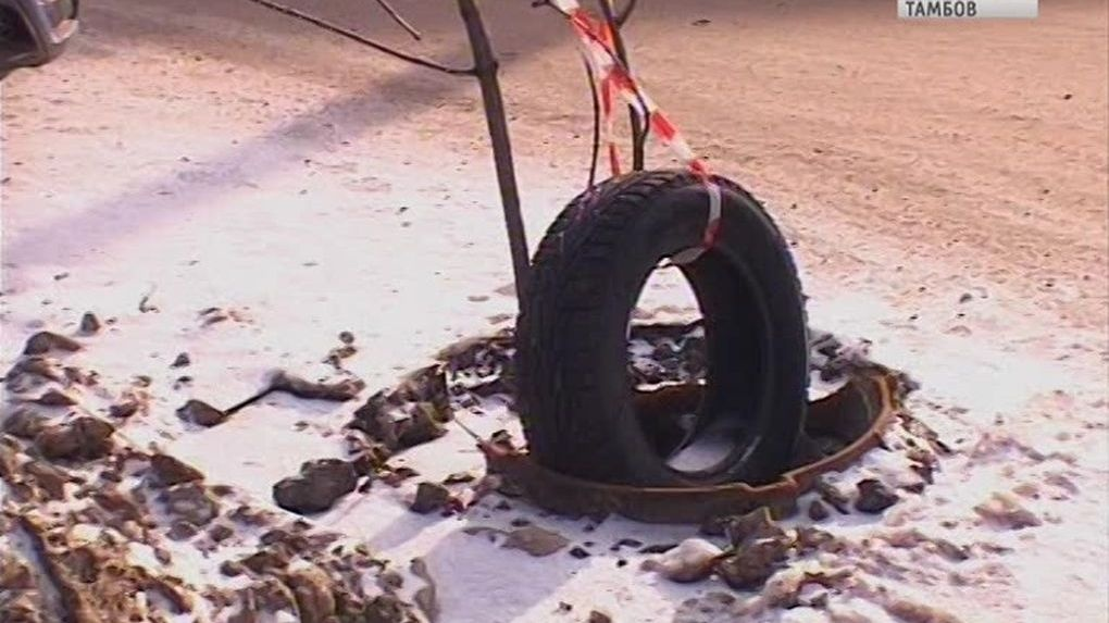 Своими силами. Водители сами обозначили аварийное место на Октябрьской. Подручные материалы в помощь