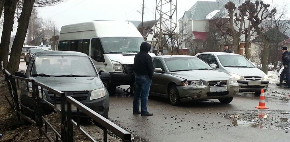 Микроавтобус протаранил две легковушки