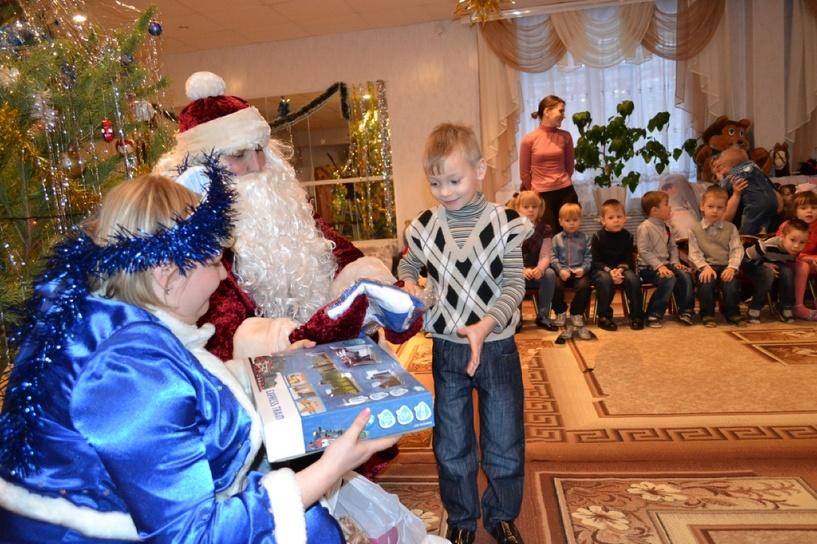 Тамбовские автоинспекторы подарили детям из детского дома новогодние подарки