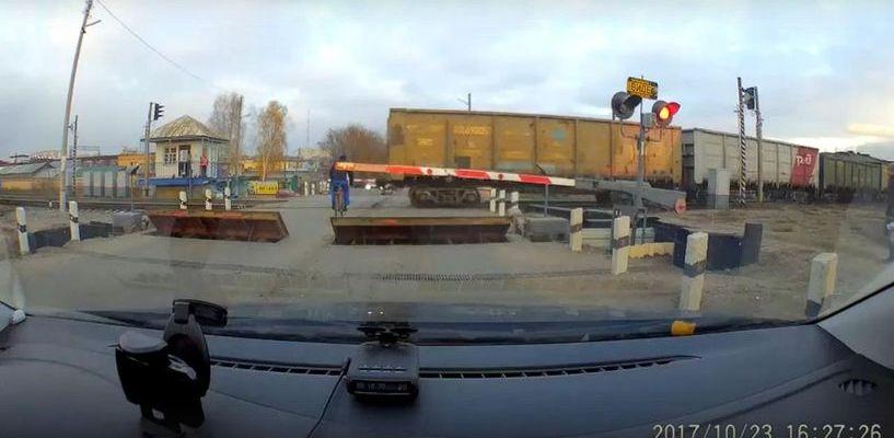 В Тамбове велосипедист проехал в опасной близости перед поездом