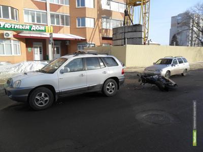 Мотоциклист без прав «подбил» две легковушки в Тамбове