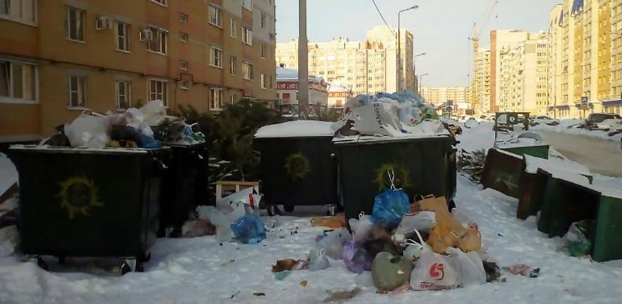 Новый оператор по вывозу мусора потихоньку разгребает завалы на контейнерных площадках