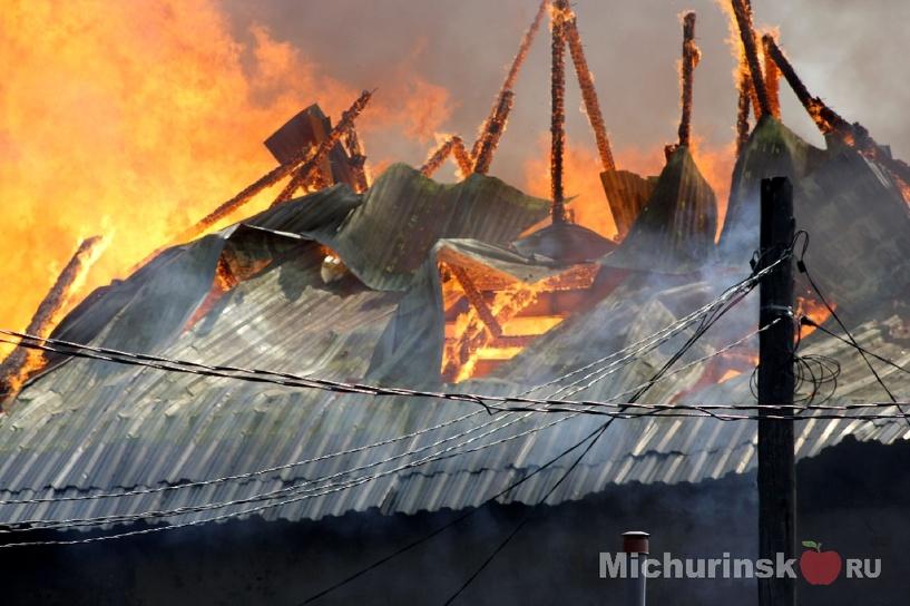 В Мичуринске горит крупный мебельный магазин