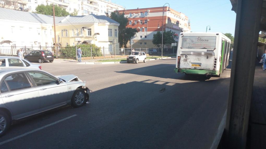 Утро не задалось: иномарка протаранила автобус в Тамбове