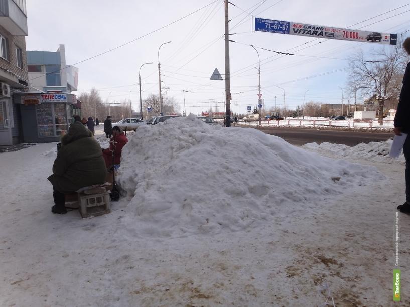Коммунальные рабочие продолжают бороться с последствиями снегопада