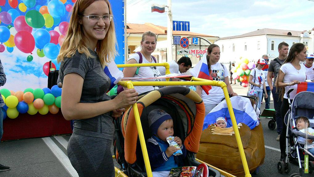 Гоночный автомобиль, Волчонок-забивака и даже борцы сумо прибыли на парад колясок