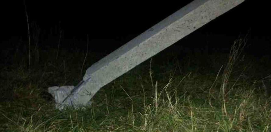 Подросток на мотоцикле врезался в бетонный столб
