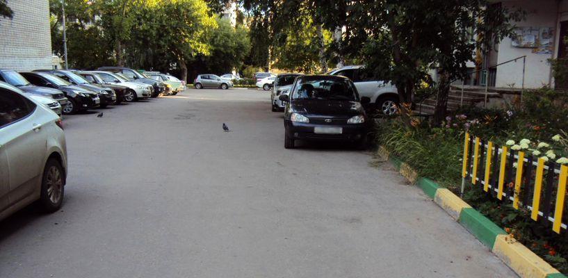 Во дворе на улице Набережной мальчик на велосипеде врезался в иномарку