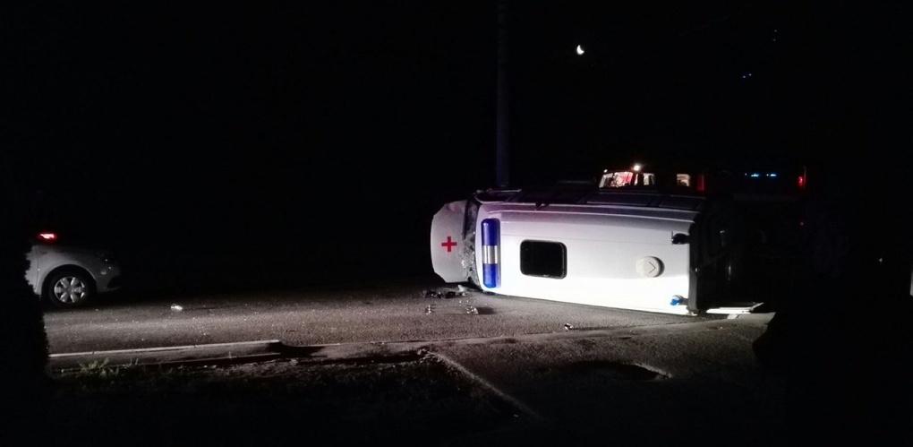 Ночью на улице Мичуринской перевернулся автомобиль скорой помощи