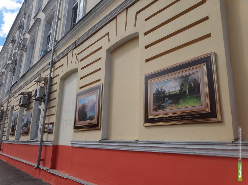 На улице Державинская развесили картины