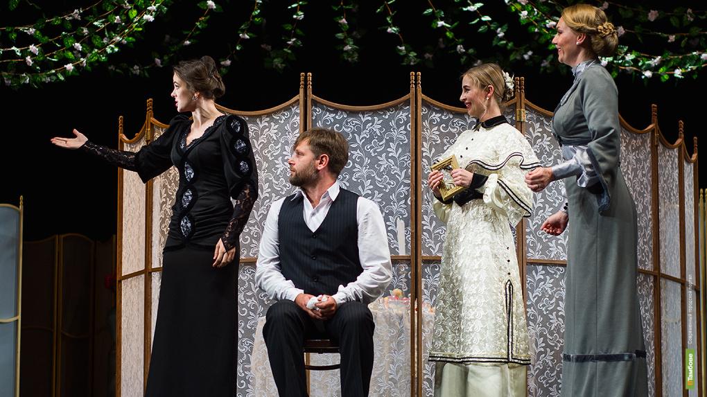 Нестареющая классика: на сцене драмтеатра показали спектакль «Три сестры»