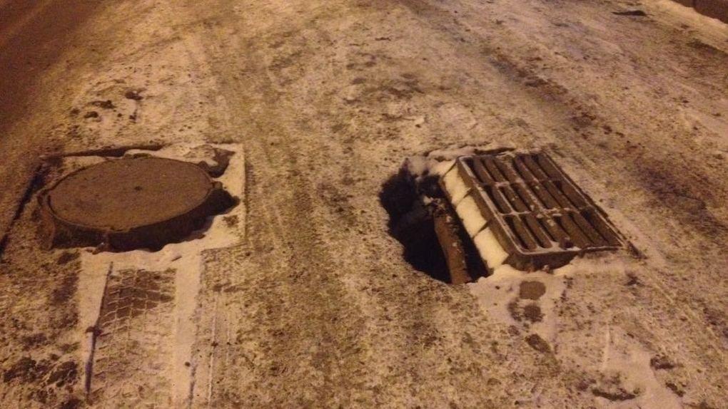 Дорожные рабочие не успели убрать ямы вокруг люков на Центральном рынке