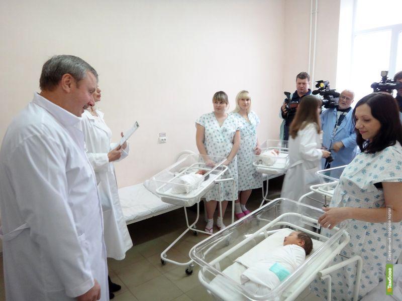 Александр Бобров навестил четырех новорожденных