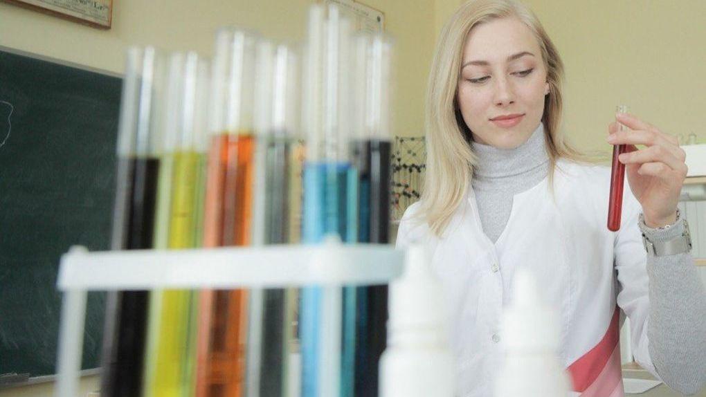 «Развлекает людей химией». Кровавое рукопожатие и еще 4 эффектных опыта на прошедшем Химическом фестивале