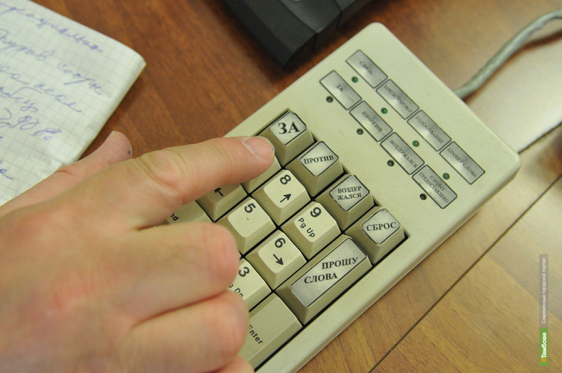 Чиновникам дадут время перевести счета в РФ при принятии нового закона