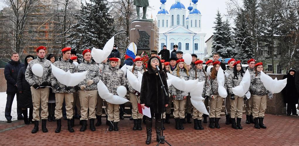 В память о героях региона в небо выпустили белые шары в форме птиц