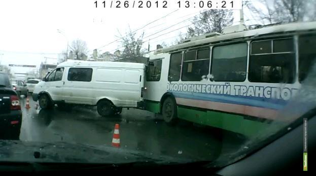 В Тамбове в ДТП попали троллейбус и 4 авто