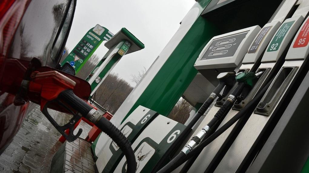 Давно не удивляет: в России вновь подорожает бензин