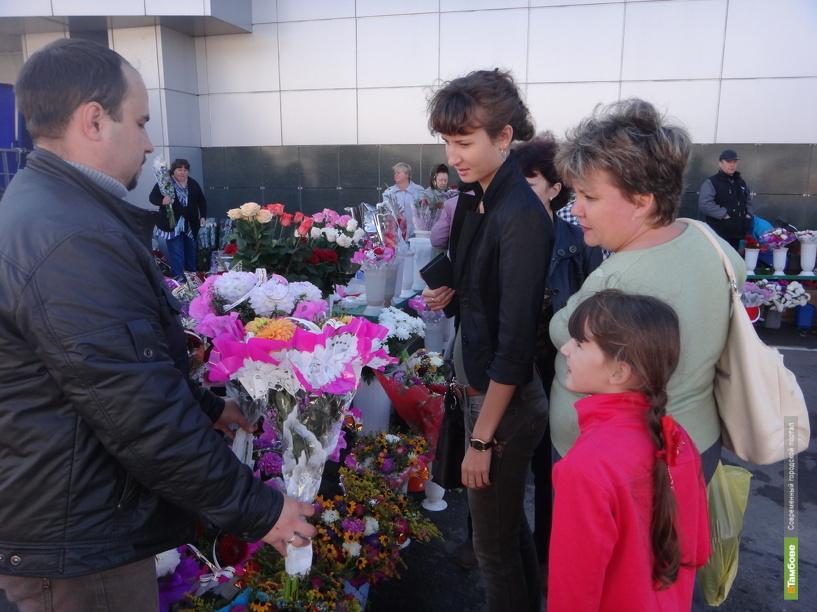 Тамбовские первоклашки подняли ажиотаж на цветочном рынке
