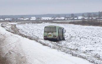 В Уваровском районе автобус угодил в кювет