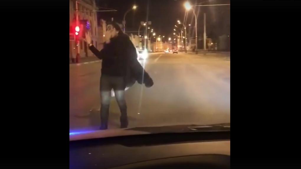 Молодёжь развлекается? В Сети появилось видео, как тамбовчане танцуют на проезжей части