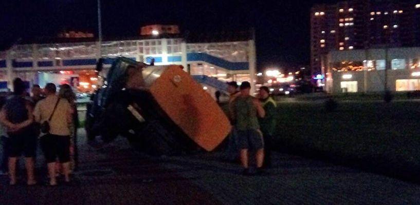 Возле Дворца единоборств провалился грузовик