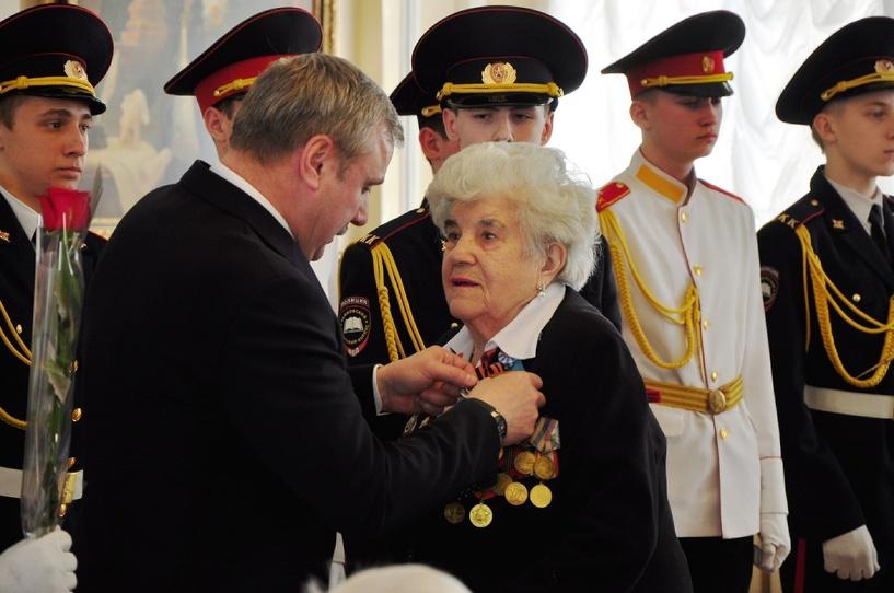 Александр Бобров наградил ветеранов юбилейными медалями