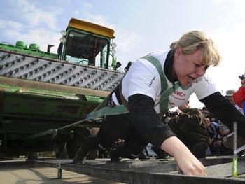 Самая сильная женщина Урала покусала автомобилиста
