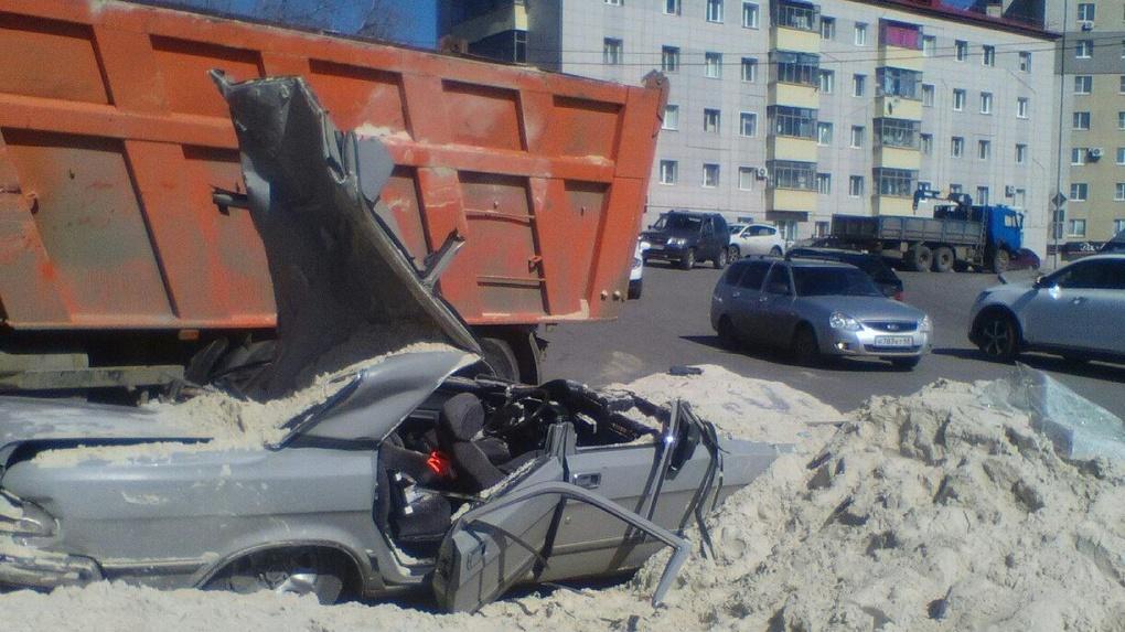 «КамАЗ» с песком опрокинулся на легковой автомобиль